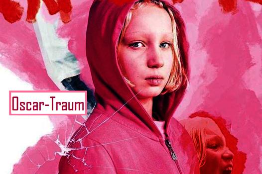 Trotzig blickendes 9-jähriges blondes Mädchen